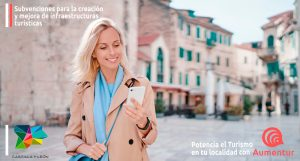 Mujer paseando por un pueblo de Castilla y León con Aumentur instalado en el móvil